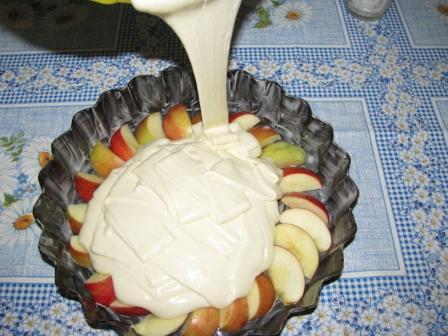вылить тесто на яблоки И