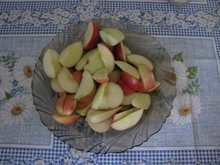 яблоки порезать дольками И
