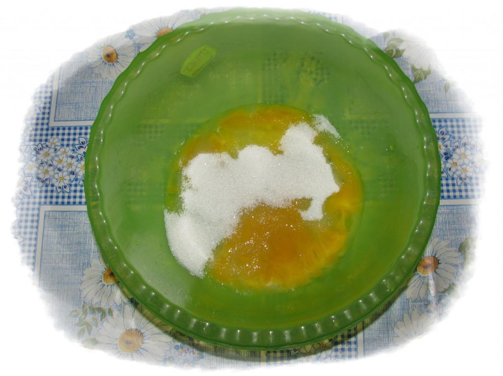 к желткам добавить 4 ложки сахара