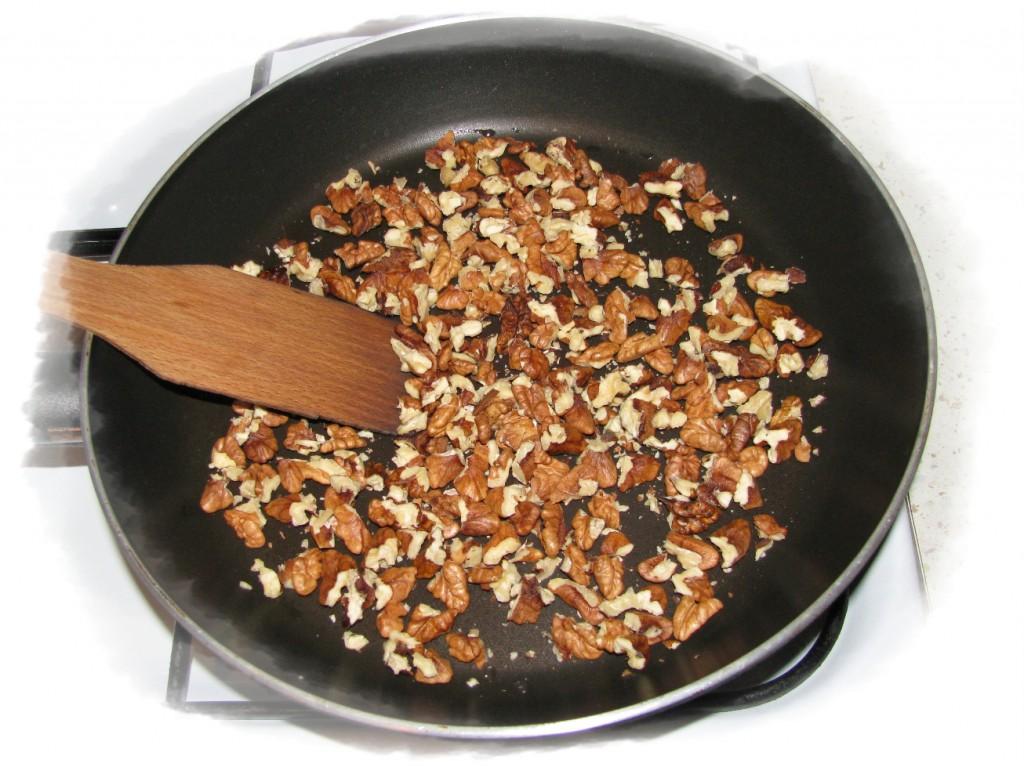 орехи немного обжарьте на сковороде