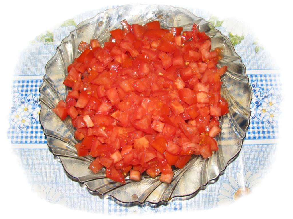 порезать кубиками помидоры