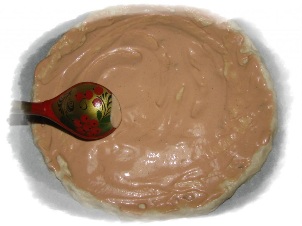 смазываем поверхность теста смесью майонеза и кетчупа