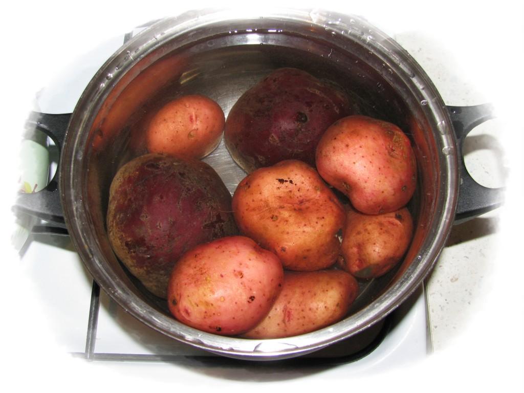 сварить картофель и свёклу