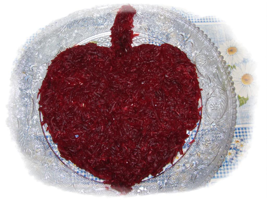 выкладываем свёклу на блюдо в форме листа