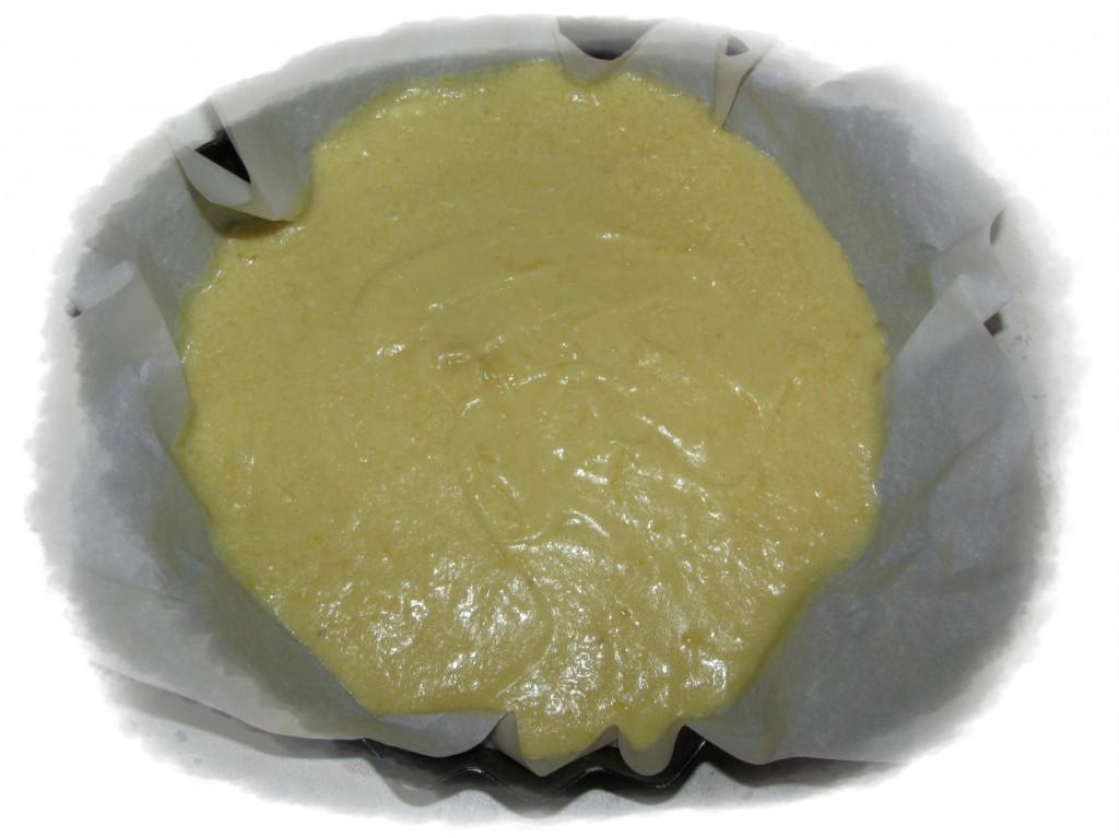 форму застелить пергаментной бумагой и выложить тесто