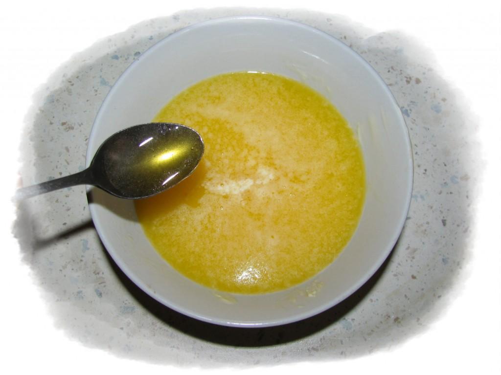 масло растопить, добавить мёд 2 чайные ложки
