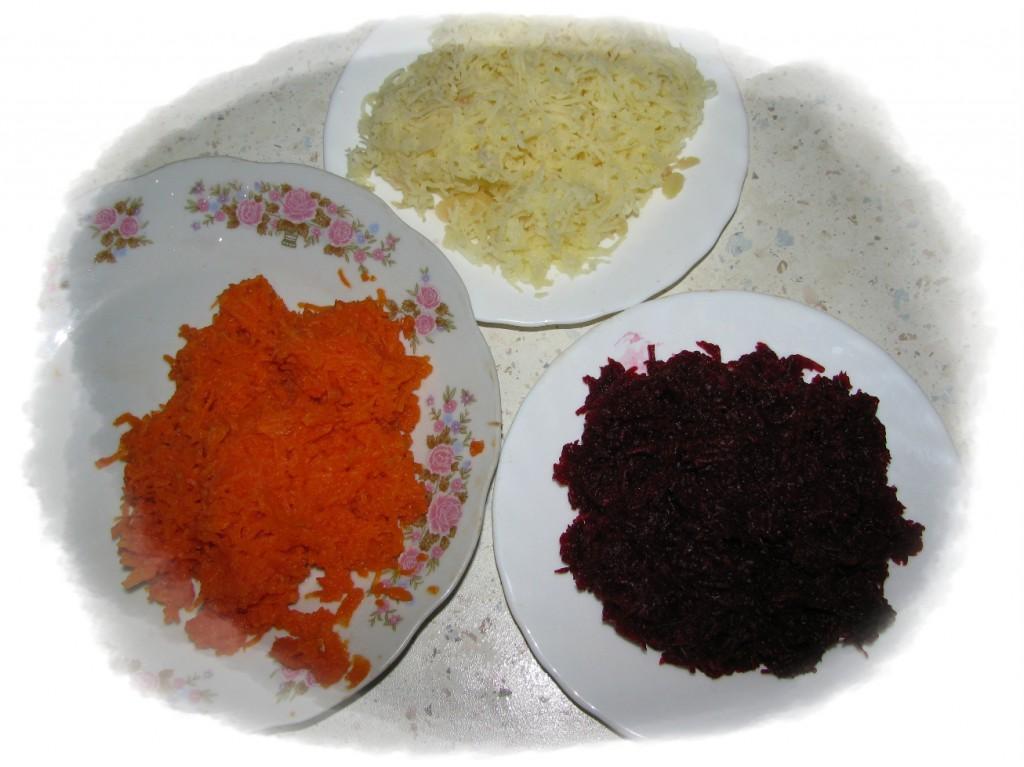 морковь, картофель и свёклу натереть на мелкой тёрке