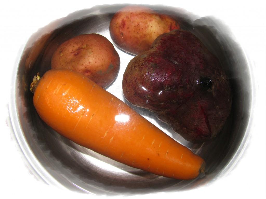 отварить морковь, свёклу и картофель