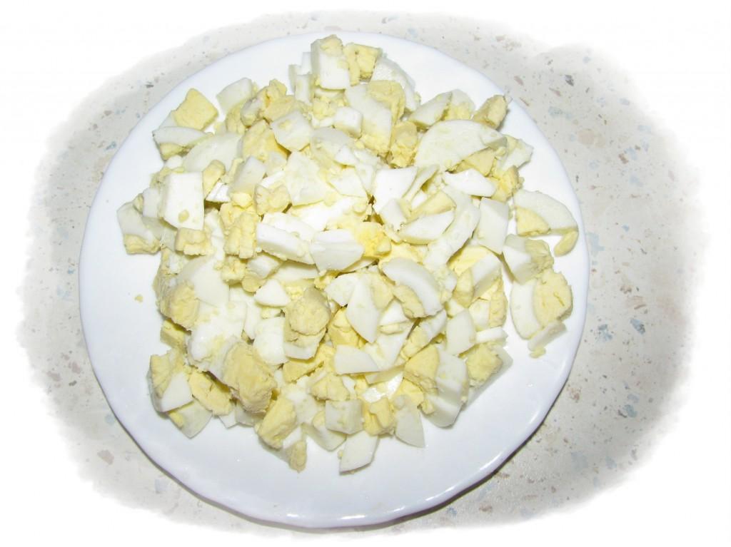 яйца сварить, мелко порезать