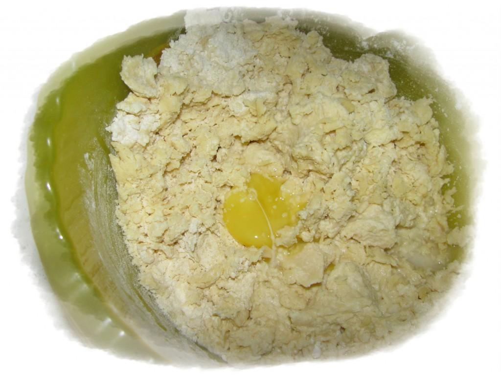 добавить к тесту 1 желток и 5 ложек воды