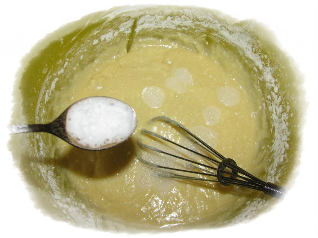 добавить соду, погашенную уксусом