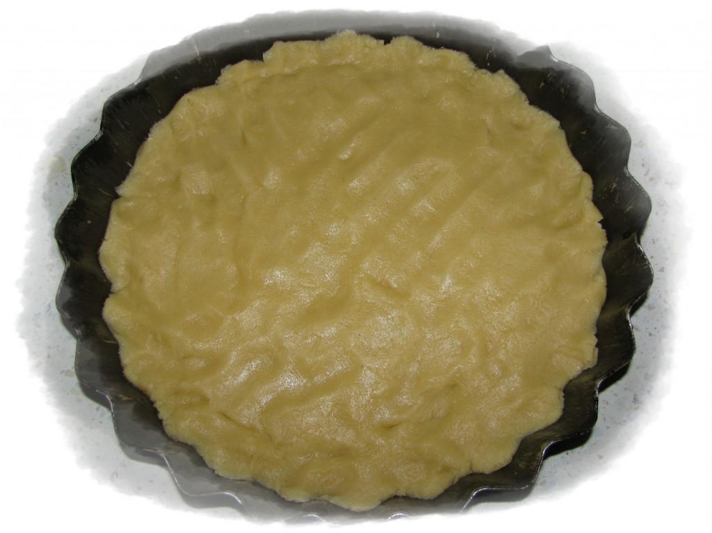 форму смазать маслом и выложить большую часть теста