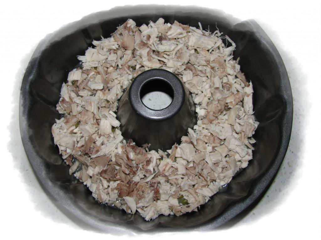 когда застынет выложить сверху половину курицы и залить бульоном
