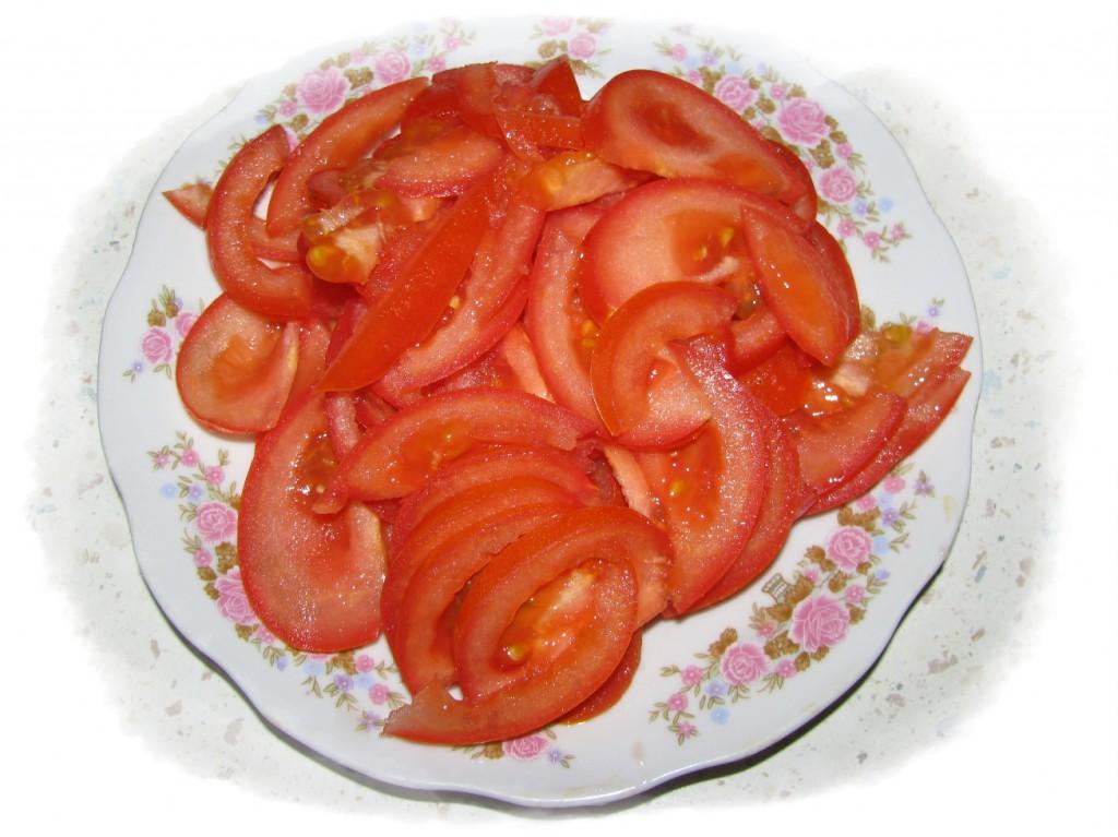 помидоры нарезать полукольцами