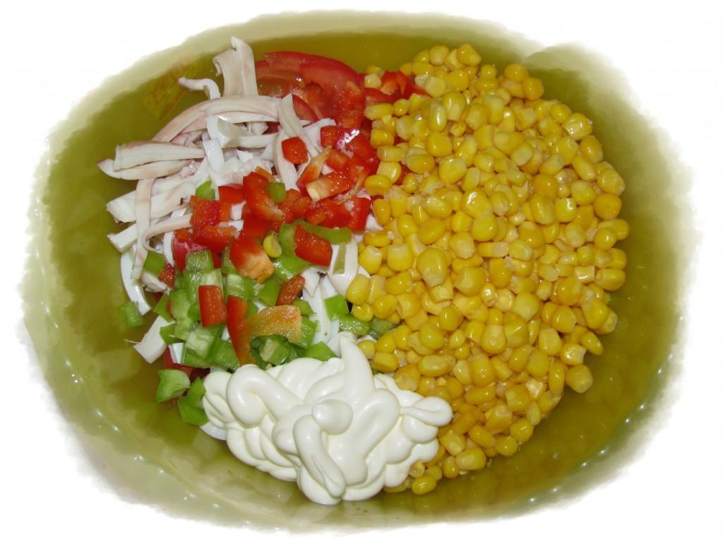 смешать кальмары, кукурузу, помидоры и перец, добавить майонез