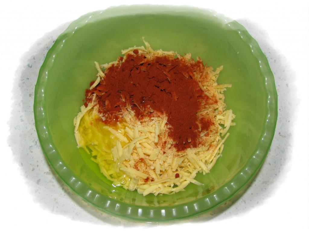 смешать сыр, паприку и яйцо