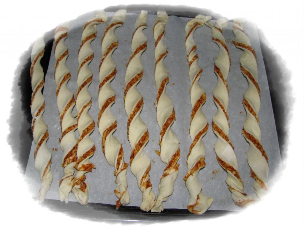 ываем спиральки на противень, застеленные пергаментом и в духовку на 20-25 минут