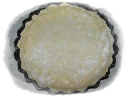 замесить тесто, смазать форму маслом выложить тесто11
