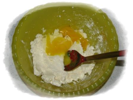 добавить 2 яйца