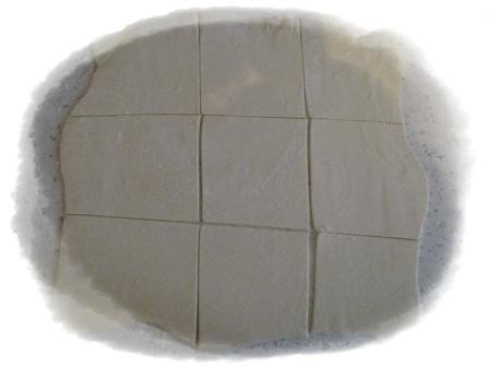 раскатать тесто и разрезать на крадратики