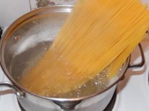 сварить спагетти 5