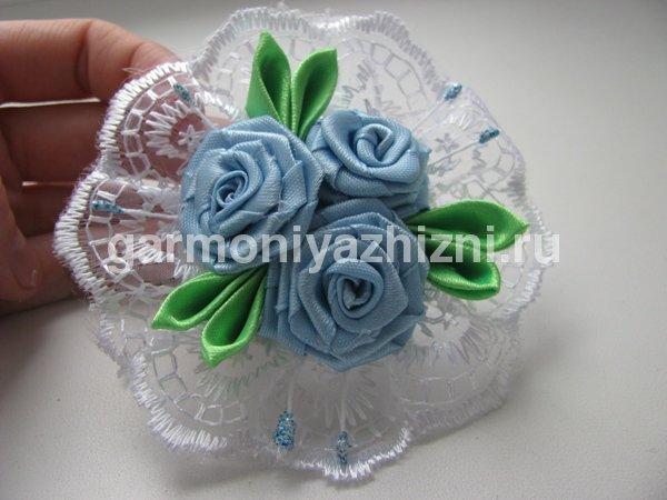 резиночка канзаши с кручёными розами