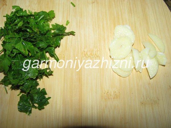 narezaem-chesnok-i-zelen
