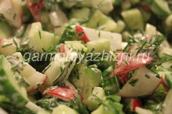 салат из редиса с огурцами и зеленью