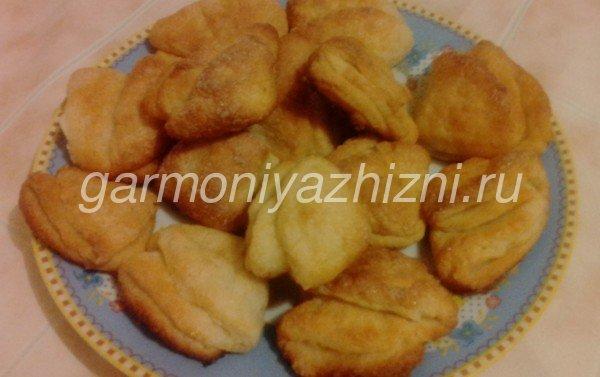 творожное печенье гусиные лапки на тарелке