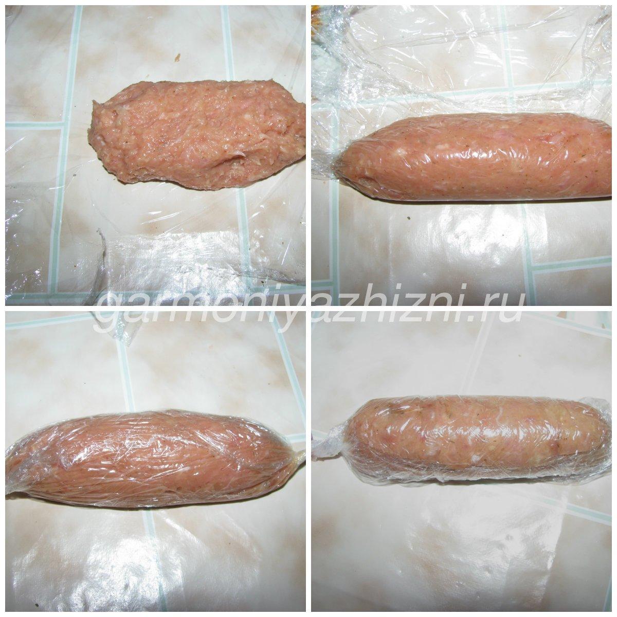 формируем сосиску с помощью пищевой плёнки