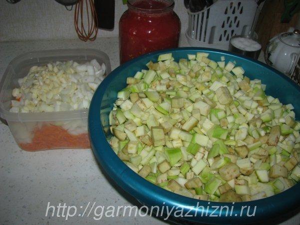 нарезаем кабачки и баклажаны