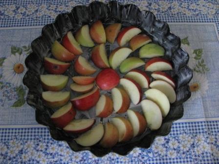форму смазать маслом и выложить яблоки И