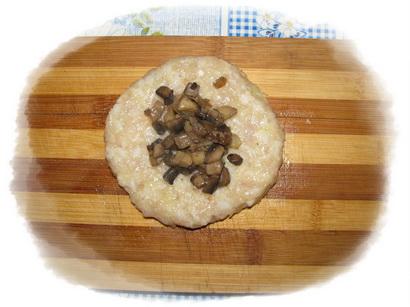 выкладываем 1 чайную ложку грибов