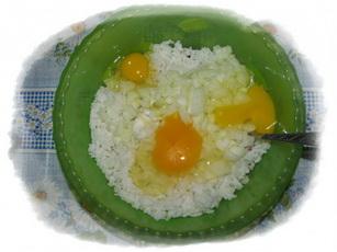 добавить лук, рис и яйца