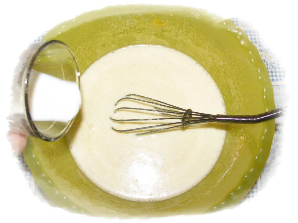 добавить полстакана молока к смеси яиц и сахара