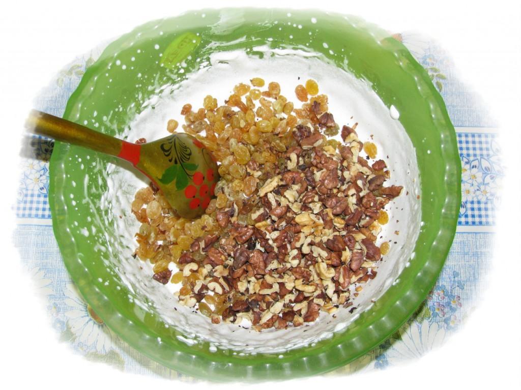 добавьте к белкам орехи и изюм