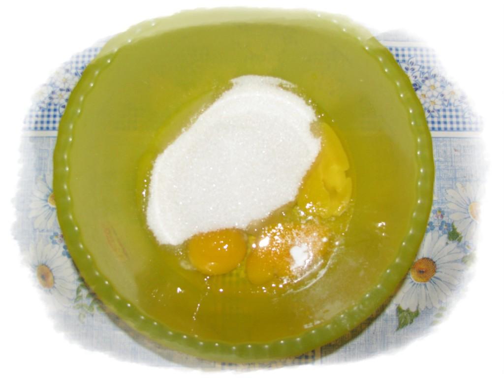 готовим крем, соединить яйца с сахаром и ванилином
