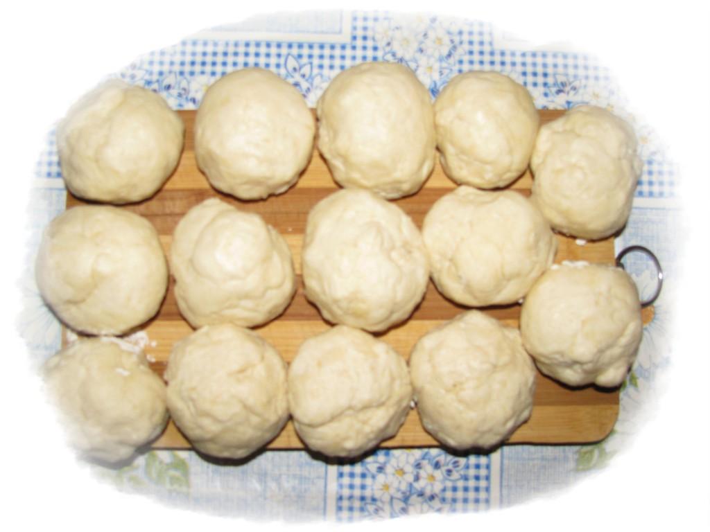 разделить тесто на 14 равных комочков и поставить в холодильник