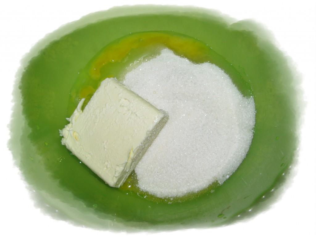 смешать яйцо, сахар и масло