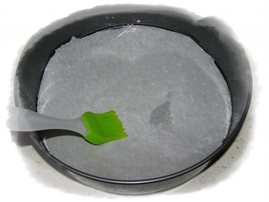 форму для выпечки смазать маслом или застелит пергаментоом и тоже смазать хорошо маслом
