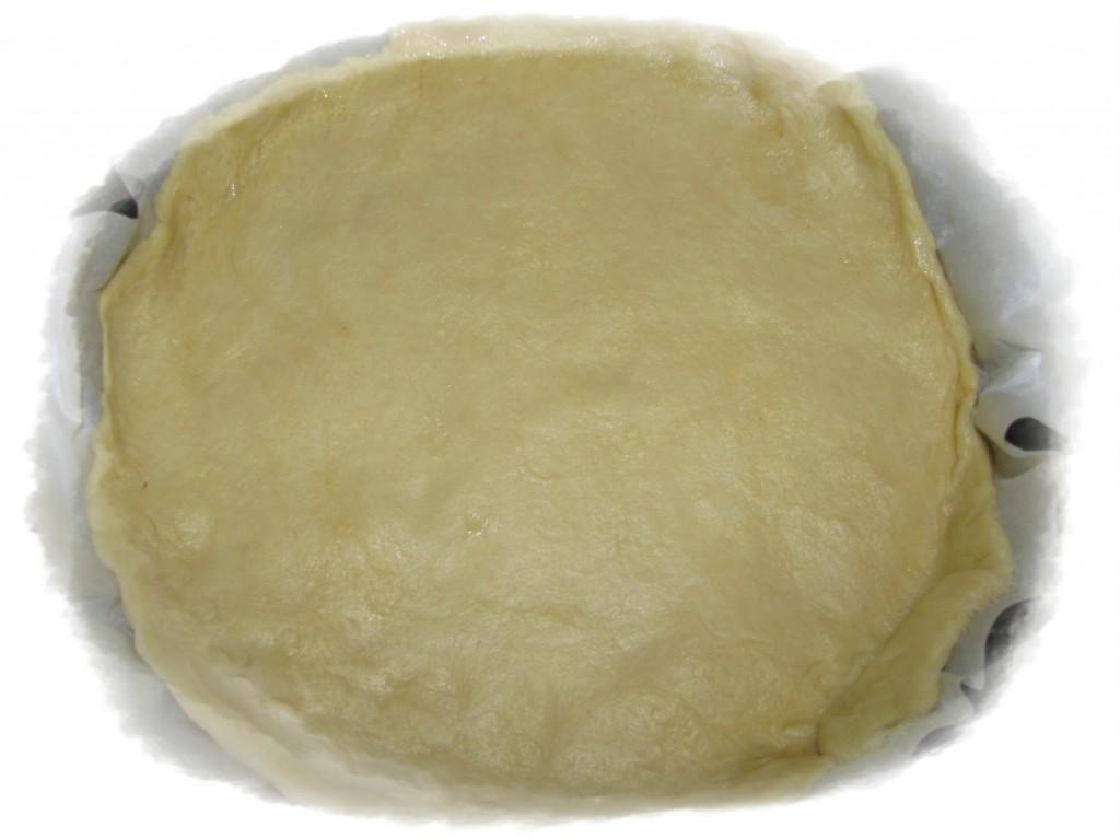 форму застелить пергаментом и выложить туда тесто