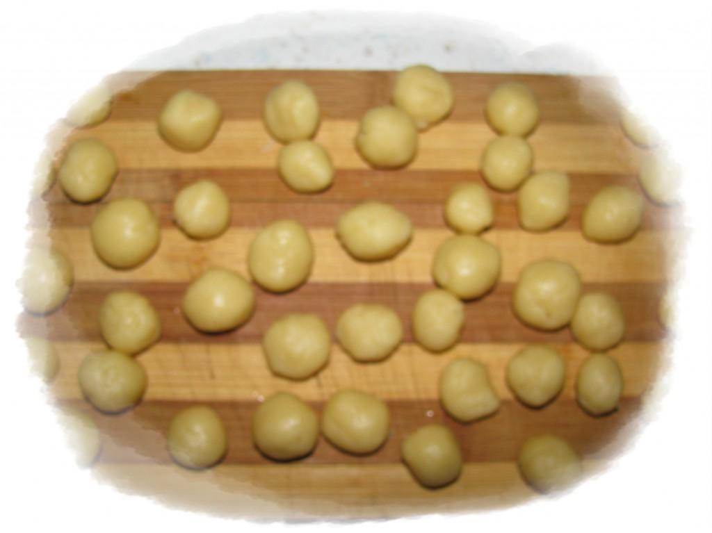 из оставшегося теста сделайте маленькие шарики
