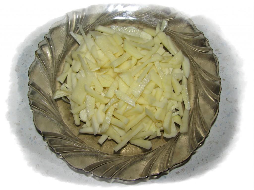 картофель порезать мелкой соломкой