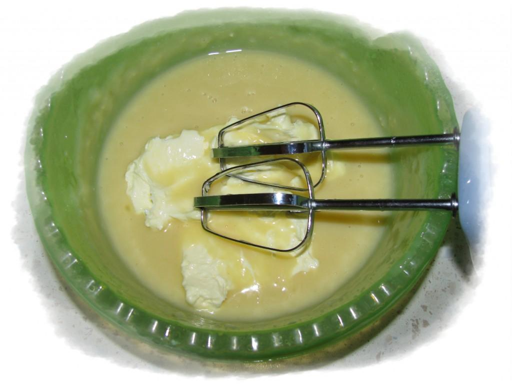 в остывшую желтково-молочную смесь добавить 200 гр масла