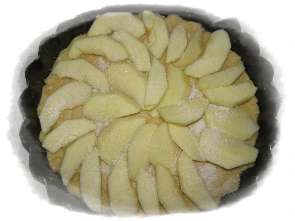 выложить дольки яблок, посыпать сахаром