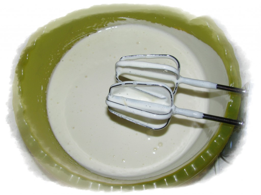 яйца взбить с сахаром в течение 5-7 минут