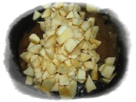 добавить в карамель яблоки
