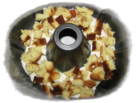 выкладываем кусочки бисквита
