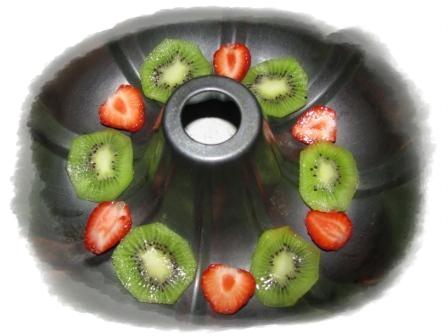 выкладываем слои сначала фрукты
