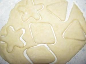 раскатываем тесто и вырезаем печенье